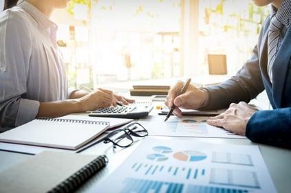 hombre-negocios-financiero-inspector-secretaria-haciendo-informe-calculo-o-comprobacion-balance-inspector-servicio-rentas-internas-revisando-documento-concepto-auditoria_1423-126